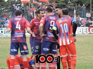 Nicolas Bergese rodeado por los jugadores de Belgra luego de la expulsión de Alvarez.